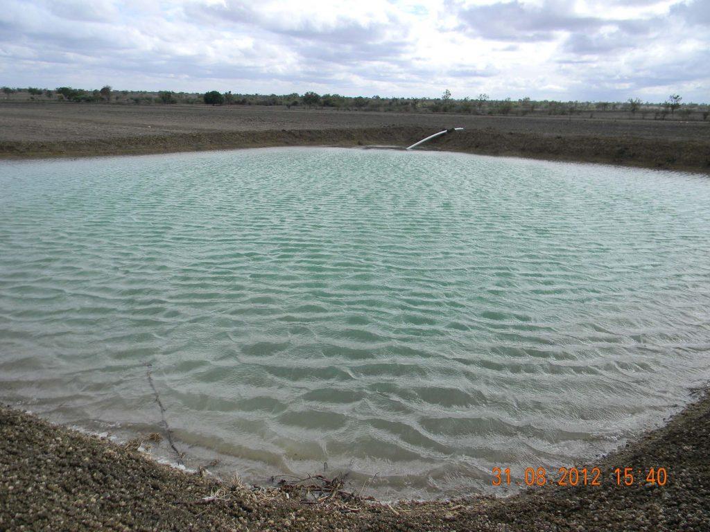 یکی از کاربردهای مهم احداث استخرهای کشاورزی، آبیاری زمینهای کشاورزی، باغات و مصارف دامی میباشد. این حوضچهها میتوانند آبها را ذخیره کرده و برای مصارف و اهداف مختلف کشاورزی توزیع نمایند.