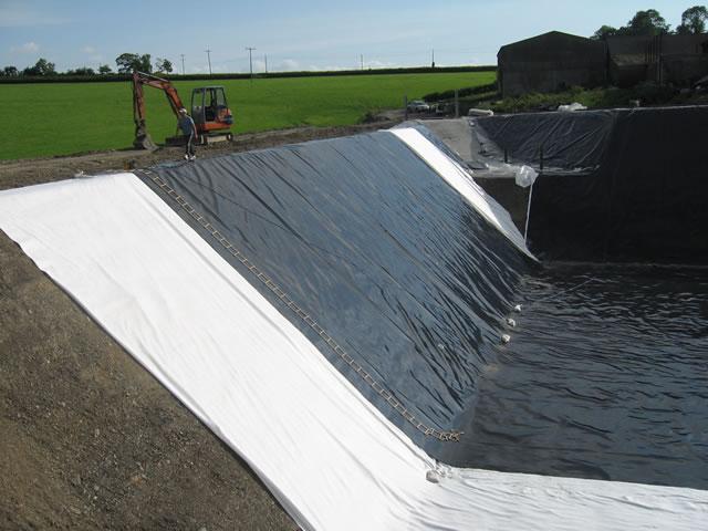 . ژئوممبرانها از جمله پوششهای نفوذناپذیر و بسیار مقاوم در برابر عوامل شیمیایی خورنده هستند و برخلاف اکثر پوششهای صنعتی جلبک و خزه توانایی رشد بر سطح ژئوممبرانها را نخواهند داشت.